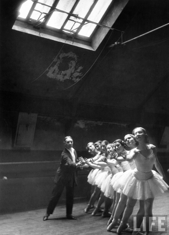 honey-kennedy-alfred-eisenstaedt-grand-opera-paris-swan-lake-01