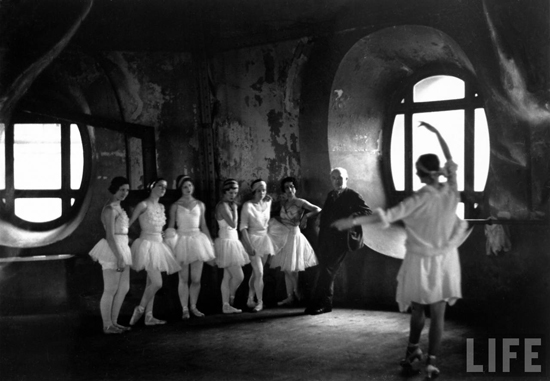 honey-kennedy-alfred-eisenstaedt-grand-opera-paris-swan-lake-03