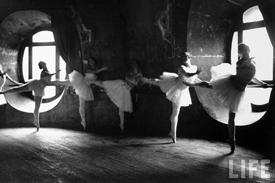 honey-kennedy-alfred-eisenstaedt-grand-opera-paris-swan-lake-06