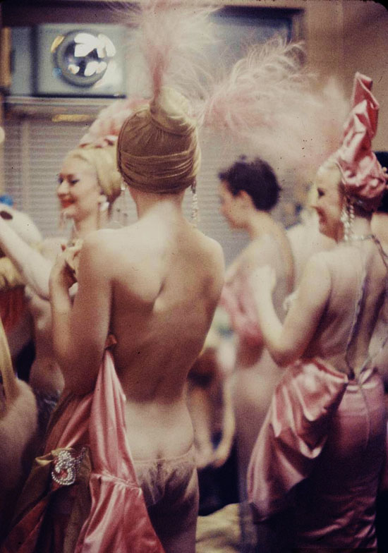 honey-kennedy-backstage-at-the-latin-quarter-1958-by-gordon-parks-01
