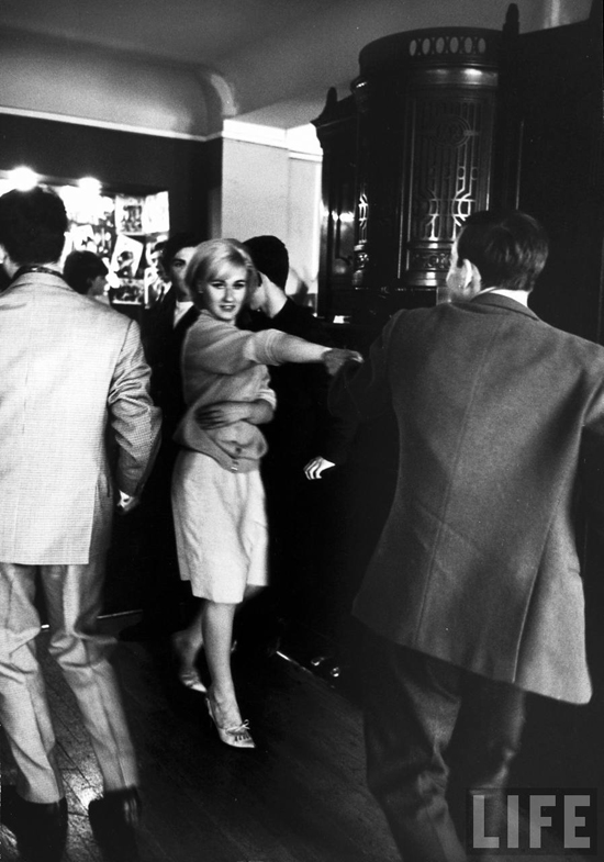 honey-kennedy-alfred-eisenstaedt-young-parisians-dancing-at-discotheque-1963