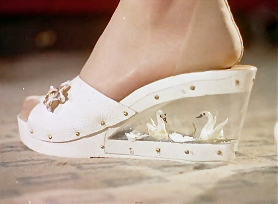 honey-kennedy-capture-d-écran-swan-shoes