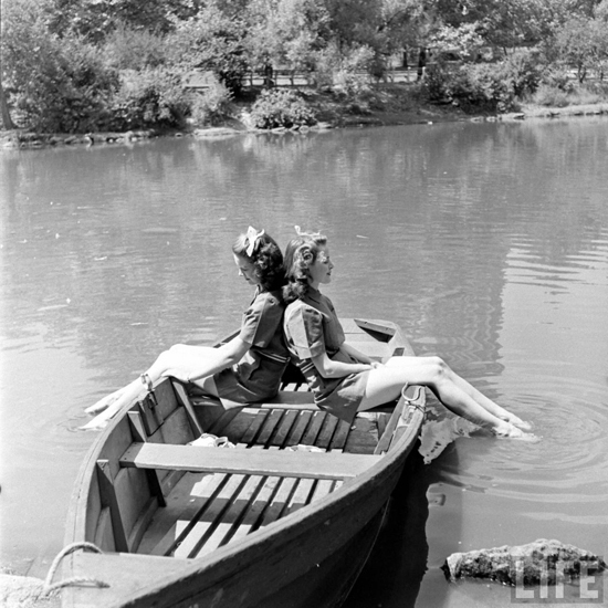 honey-kennedy-girls-in-a-boat-alfred-eisenstaedt-1941