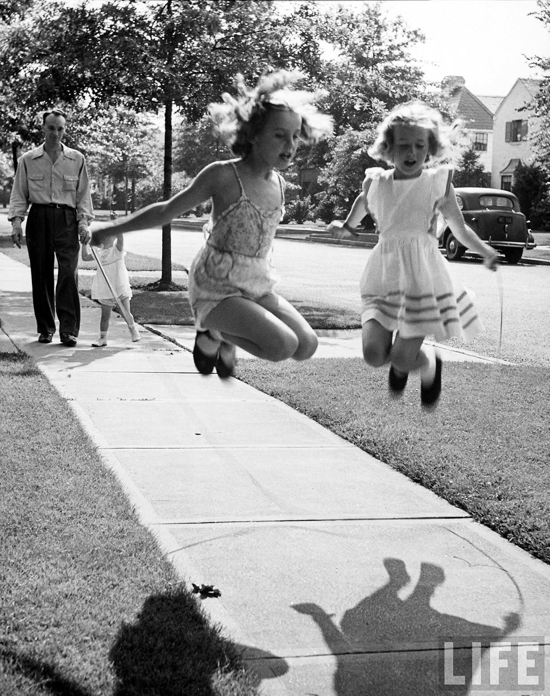 honey-kennedy-girls-jumping-rope-1942-alfred-eisenstaedt