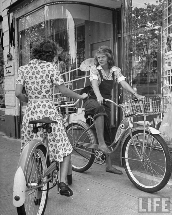 honey-kennedy-girls-on-bicycles-1942-alfred-eisenstaedt