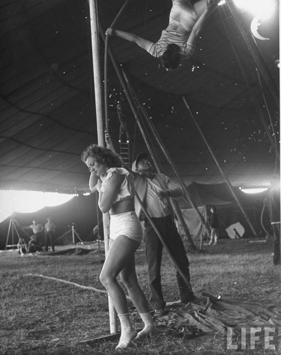 honey-kennedy-ringling-bros-circus-aerial-ballet-natalia-tock-sarasota-march-1949-by-Nina-Leen