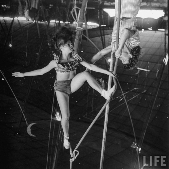 honey-kennedy-ringling-bros-circus-antionette concello-gloria-mash-aerial-ballet-sarasota-march-1949-by-Nina-Leen