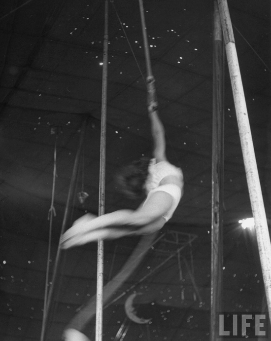 honey-kennedy-ringling-bros-circus-natalia-tock-aerial-ballet-sarasota-march-1949-by-Nina-Leen