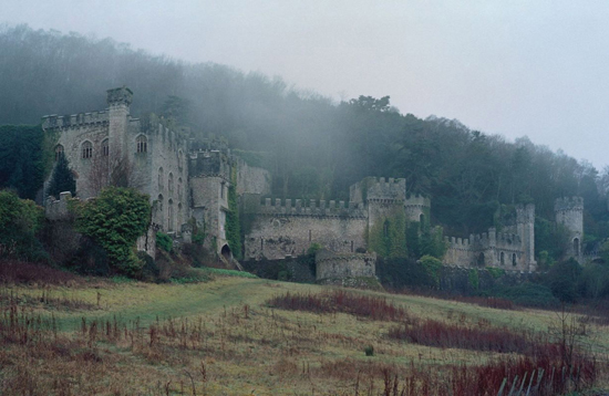 honey-kennedy-Dame-of-Throne-by-Tim-Walker-castle