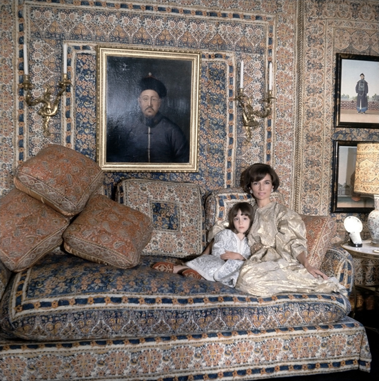 honey-kennedy-lee-radziwill-and-daughter-at-london-home-with-her-daughter-in-room-by-mongiardino-1966-cecil-beaton-vogue