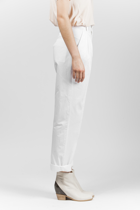 honey-kennedy-kick-pleat-mm6-pleated-trousers-white-13