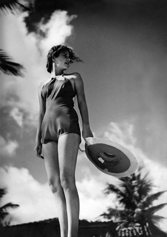 honey-kennedy-model-in-a-1935-beach-look
