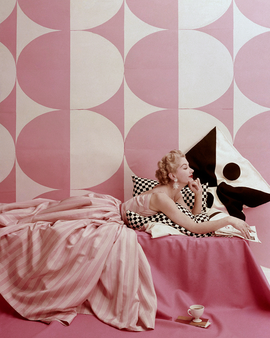 honey-kennedy-lisa-fonssagrives-spice-pinks-richard-rutledge-vogue-april-1952