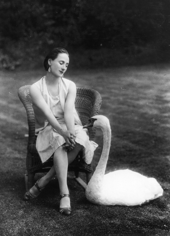 honey-kennedy-anna-pavlova-with-pet-swan-jack-01