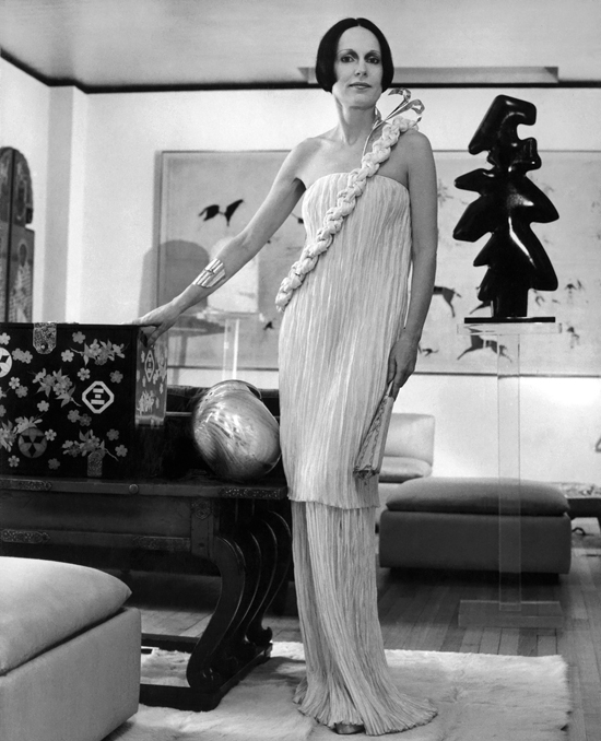 honey-kennedy-mary-mcfadden-in-her-park-avenue-apartment-by-horst-p-horst-late-1970s